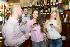 Человек выбирая вверх женщин в баре Стоковая Фотография