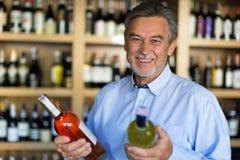 Человек выбирая вино Стоковые Фото