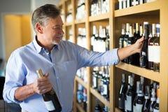 Человек выбирая вино Стоковые Фотографии RF