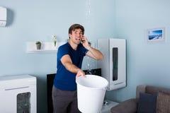 Человек вызывая водопроводчика Стоковые Изображения RF