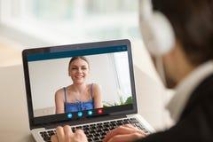 Человек вызывая женщину используя видео- болтовню, виртуальное датировка, rel расстояния стоковые фотографии rf