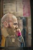 Человек вызывая от переговорной будки Стоковые Фотографии RF