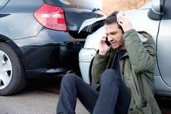 Человек вызывая скорую помощь после автокатастрофы Стоковое фото RF