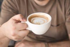 Человек выпивает капучино Стоковое Изображение RF