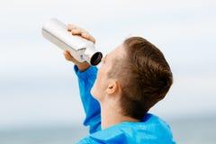 Человек выпивая от бутылки спортов Стоковые Изображения