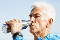 Человек выпивая от бутылки спортов Стоковая Фотография RF