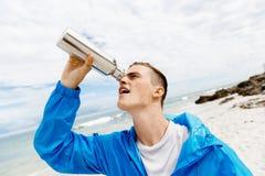 Человек выпивая от бутылки спортов Стоковое Изображение RF