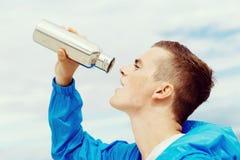 Человек выпивая от бутылки спортов Стоковые Изображения RF