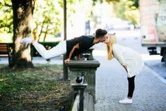 Человек выполняет циркаческий фокус около девушки Стоковая Фотография