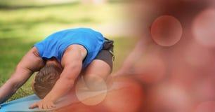 Человек выполняя йогу в парке Стоковое Фото
