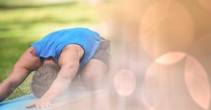 Человек выполняя йогу в парке Стоковые Фотографии RF