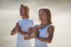 человек выполняя йогу женщины Стоковые Фотографии RF
