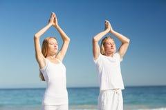 человек выполняя йогу женщины Стоковое Изображение