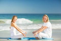 человек выполняя йогу женщины Стоковые Изображения RF