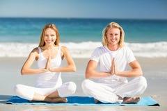 человек выполняя йогу женщины Стоковое Фото