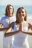 человек выполняя йогу женщины Стоковая Фотография