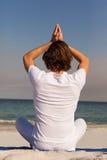 Человек выполняя йогу на пляже Стоковые Изображения