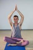 Человек выполняя йогу Стоковые Фотографии RF