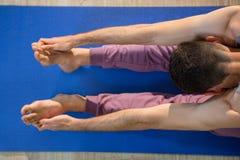 Человек выполняя йогу Стоковая Фотография RF