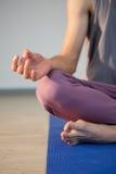 Человек выполняя йогу Стоковые Изображения