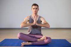Человек выполняя йогу Стоковые Изображения RF