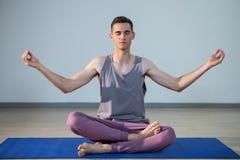 Человек выполняя йогу Стоковое фото RF