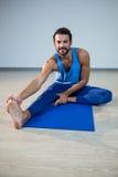 Человек выполняя йогу Стоковое Изображение