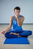 Человек выполняя йогу Стоковое Изображение RF