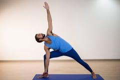 Человек выполняя йогу Стоковая Фотография
