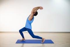 Человек выполняя йогу Стоковые Фото