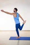 Человек выполняя йогу Стоковое Фото