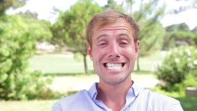 Человек выражая различные эмоции к камере акции видеоматериалы