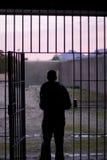 Человек выходя тюрьма Стоковые Изображения