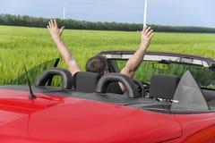 Человек в автомобиле на проселочной дороге стоковая фотография rf