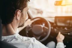 Человек в автосалоне стоковое изображение rf