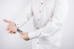 Человек в белой официально рубашке получает готовым Стоковое Фото