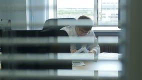 Человек в белых рубашке и стеклах работает на рабочем месте акции видеоматериалы