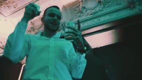 Человек в белых танцах и использовании рубашки умного телефона на партии ночного клуба видеоматериал