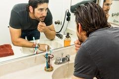 Человек в ванной комнате Стоковое Фото