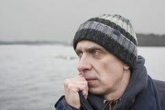 Человек в ветреном дне Стоковое Фото