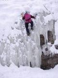 Человек в взбираться льда зимы стоковое фото rf