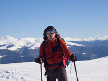 Человек в горах в зиме Стоковые Изображения RF