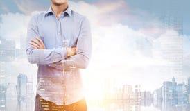 Человек в голубой рубашке в городе Стоковые Изображения