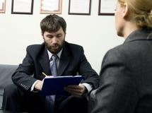 Человек в деловом костюме проводя собеседование для приема на работу интервью готовое стоковые изображения rf