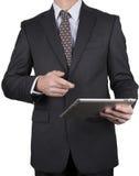 Человек в деловом костюме с таблеткой Стоковые Фото