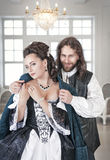 Человек в женщине средневековой крышки костюма красивой его пальто Стоковая Фотография