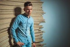 Человек в джинсовой ткани представляя в талии студии касающей Стоковые Изображения RF