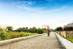 Человек в задействовать проселочной дороги реки Стоковая Фотография RF