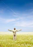 Человек в зеленом поле Стоковая Фотография RF