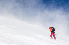 Человек в идти снег крутой склон стоковые изображения rf